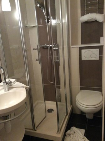 Salle d 39 eau petite foto van hotel inn design resto novo langres langre - Petite salle d eau design ...