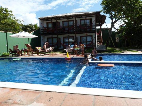 Aquarela Praia: Área das piscinas, e ao fundo, as novas suites.