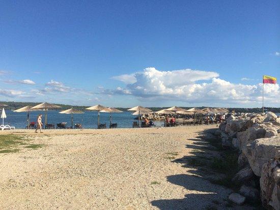 Aminess Maestral Hotel: Strand beim Hotel