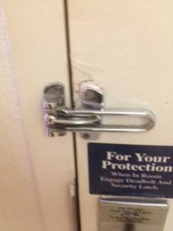 Motel 6 San Marcos, TX - North: Broken Latch