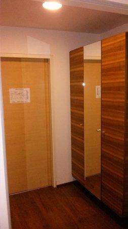 Austria Trend Hotel Beim Theresianum: Kasten mit Spiegel