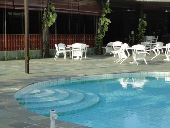 Avillion Layang Layang: The pool was dirty and also the area around it.