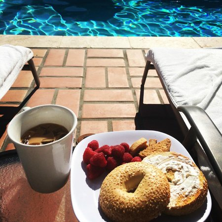 La Maison Hotel: Breakfast by the pool