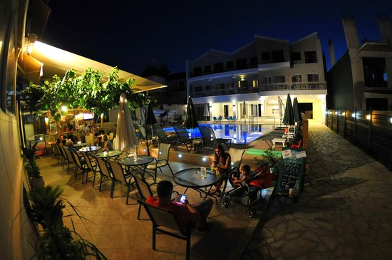 Aggelos Appartments: Open bar by the pool