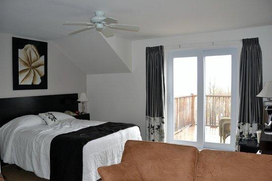 Hotel - Motel Le Beluga : Chambre lit Queen-Size avec Blacon