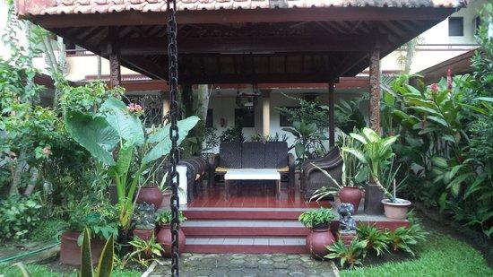 Hotel Kartika Kusuma: gazebo ditengah2 enak utk duduk