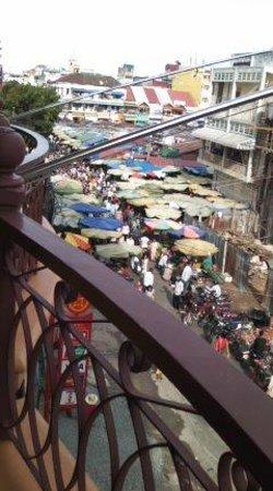 Ohana Phnom Penh Palace Hotel : ベランダから市場が見える
