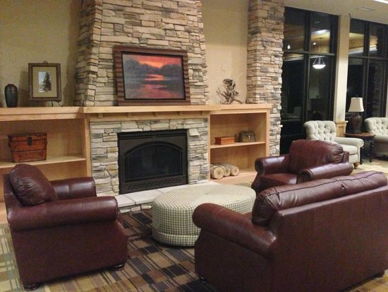 Northernaire Resort: Lobby Fireplace