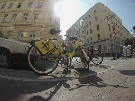 MEININGER Hotel Wien Downtown Franz: Небольшая парковка велосипедов перед входом