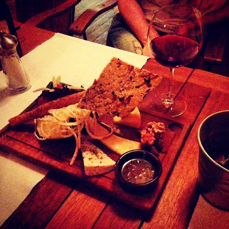 Avlu Bistro & Bar: Cheese platte with delicious red wine.. Perfect...