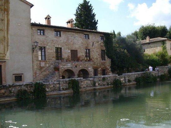 Terme bagno vignoni with rocca d orcia behind foto di - Bagno vignoni tripadvisor ...