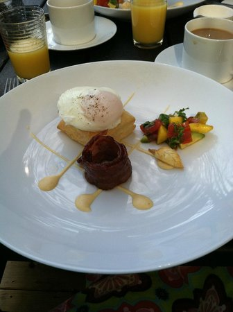 Foster Harris House: Breakfast: Puff pastry with poached egg and paradise bacon