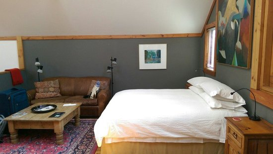 Artists Inn: Studio room bed and lounge