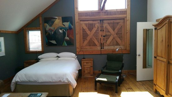 Artists Inn: Studio room bed and bathroom door