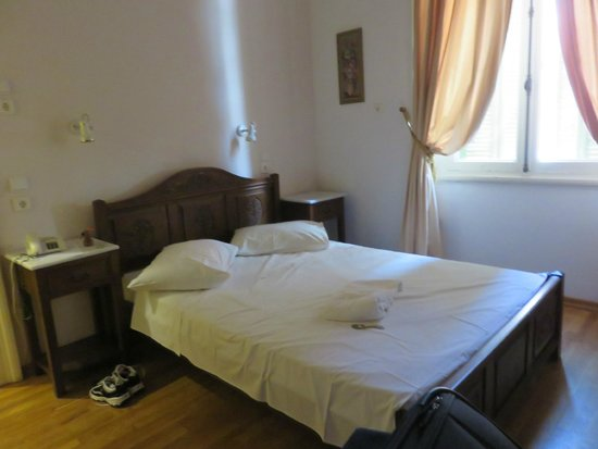 Hotel Acropolis House: Comfortable double bed with good lighting & outlets