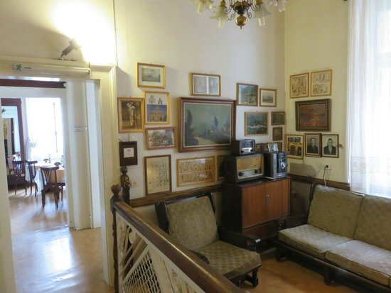 Hotel Acropolis House : The parlor with old radio and phohtographs