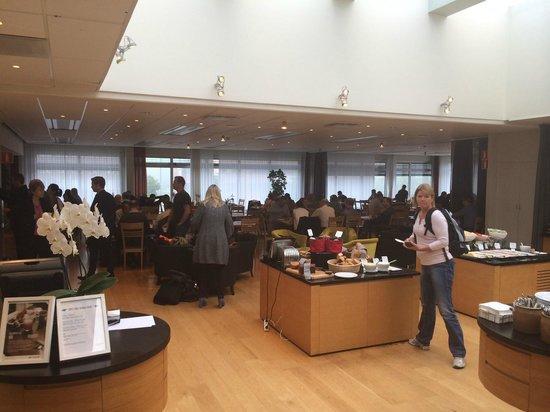 Scandic Jarva Krog: Breakfast area packed with people