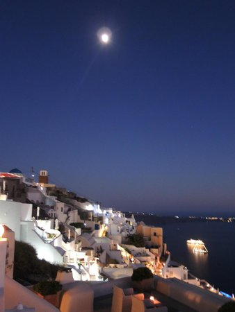 Iliovasilema Suites: night view in the hotel