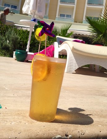 Royal Palm Beach Hotel: Drinks poolside!