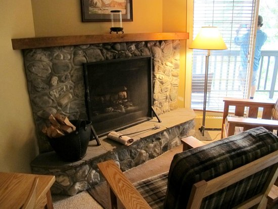 Emerald Lake Lodge : Nice in-room fireplace with chairs