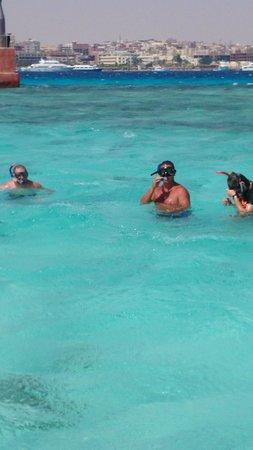 صن رايز هوليدايز ريزورت: snorkelling on trip with the Aqua Centre (Glass bottom boat)