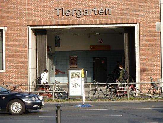 Novotel Berlin Am Tiergarten: Man fällt praktisch in den S-Bahn-Bahnhof