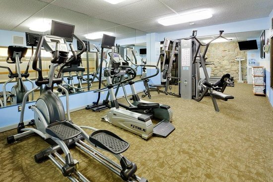 Holiday Inn Westbury: Keep up with your morning workout routine in our fitness center
