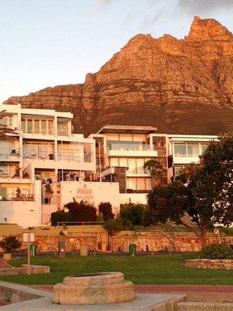 Primi Seacastle Guest House: View of Primi Sea Castle and Table Mountain