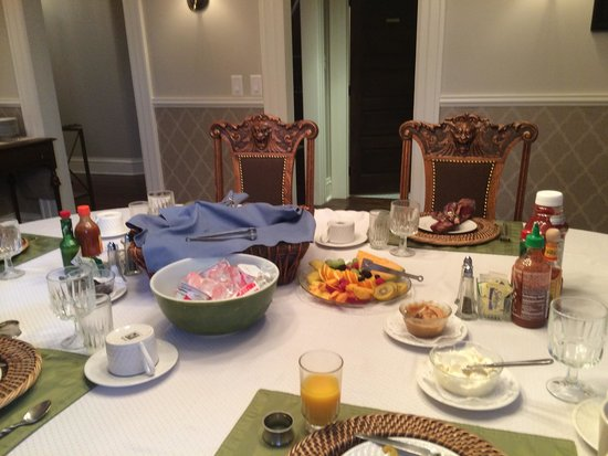 The Edwards House: Great home cooked breakfast every morning!