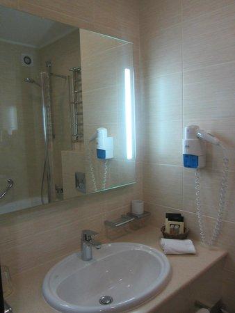 Dnister Hotel: Ванная комната