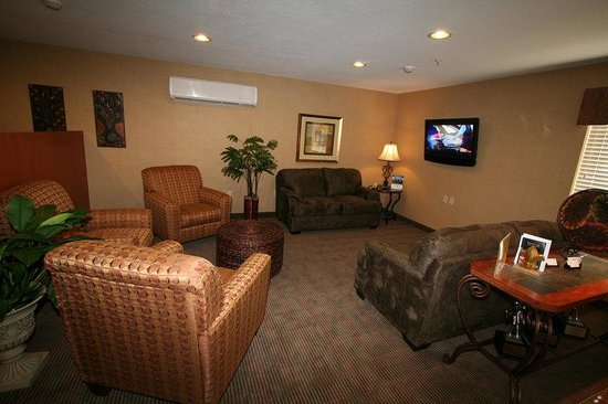 Candlewood Suites Louisville Airport: Comfortable lobby for gathering