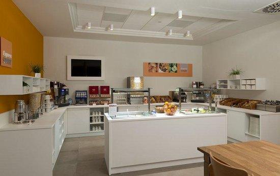 Holiday Inn Express Antwerp City North: Breakfast Bar