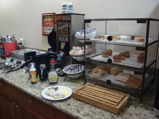 Country Inn & Suites By Carlson, Louisville South: Note Small Amount of Danish