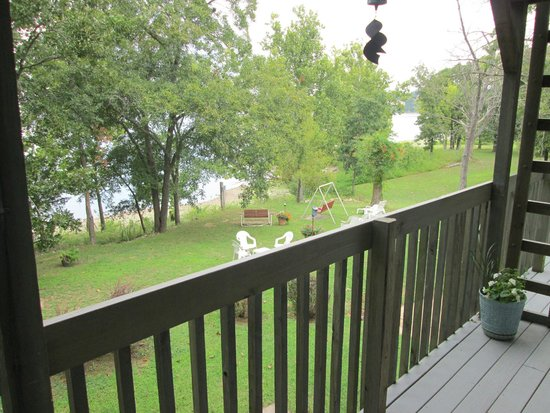 Red Bud Cove Bed and Breakfast Suites: View of the lake from the deck