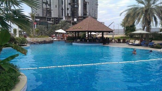 Sheraton Abu Dhabi Hotel & Resort: Medence és a bár