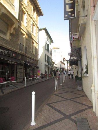 Hotel Les Alizes Biarritz: Sortie de l'hôtel en montant sur le centre de Biarritz