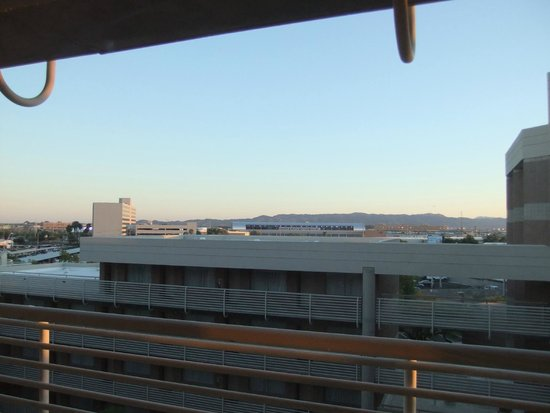 DoubleTree Suites by Hilton Hotel Phoenix: View towards the Airport