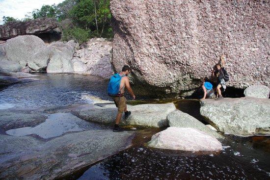 Sossego Waterfall: huge rocks on the way