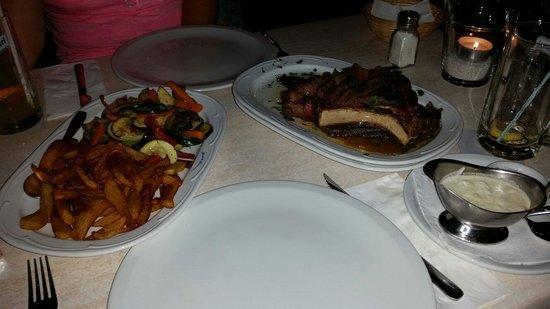 Steakhouse Tennis Bonanza: ...und noch ein Foto vom Weltklasse-Rinderkotlett. Hier mit Grillgemüse, hausgemachten Pommes un