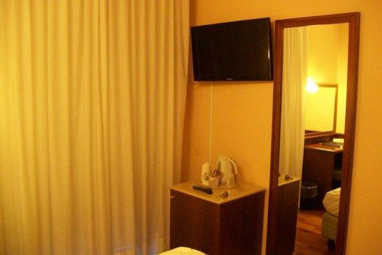 Hotel Ilaria : TV neben Fenster