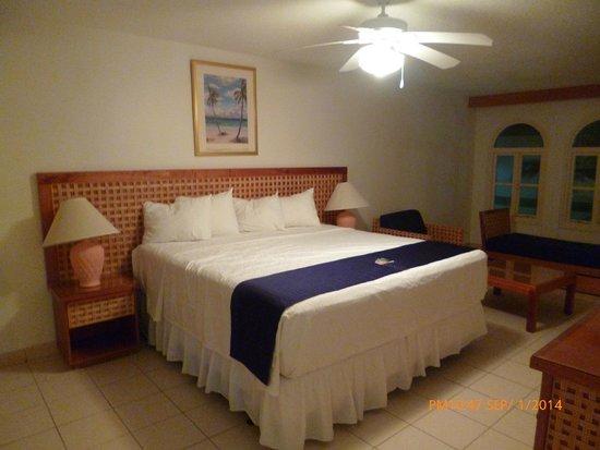 Caribbean Palm Village Resort: Dormitorio principal con su baño privado.