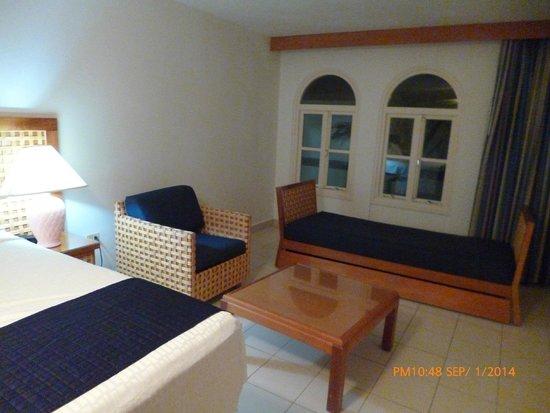 Caribbean Palm Village Resort: Area de relax ene l dormitorio principal.