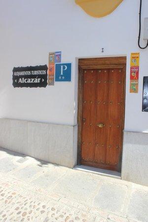 Hostal Alcazar: Entrada Hostal con todas sus condecoraciones