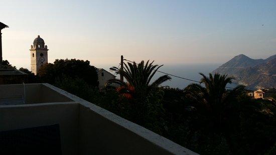 Au Bon Clocher: Vista dal terrazzo di camera dotato di due comode seggioline per sorseggiare tranquillamente un