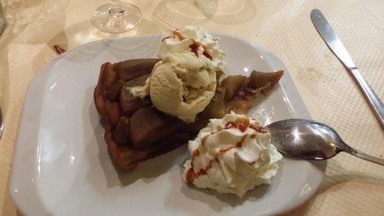 Au Bon Clocher: Torta di mele con gelato e panna