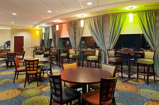 Holiday Inn Express Hotel & Suites Pittsburgh West: Breakfast Area seating