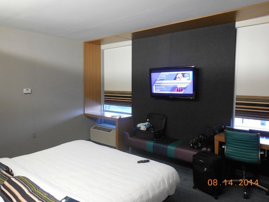 aloft Winchester : bedroom and flat screen on wall