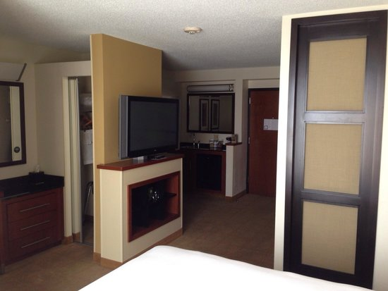 Hyatt Place Memphis Primacy Parkway: TV / entry room 621