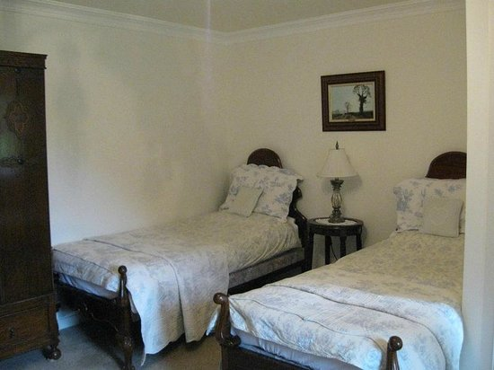 Ballykine House: Bed room with two twin beds