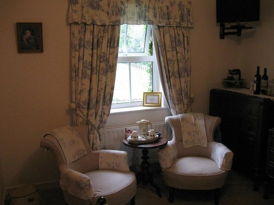 Ballykine House: Sitting area room with two twin beds